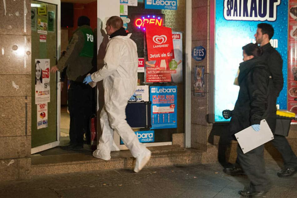 Polizisten untersuchen den Tatort. (Archivbild)