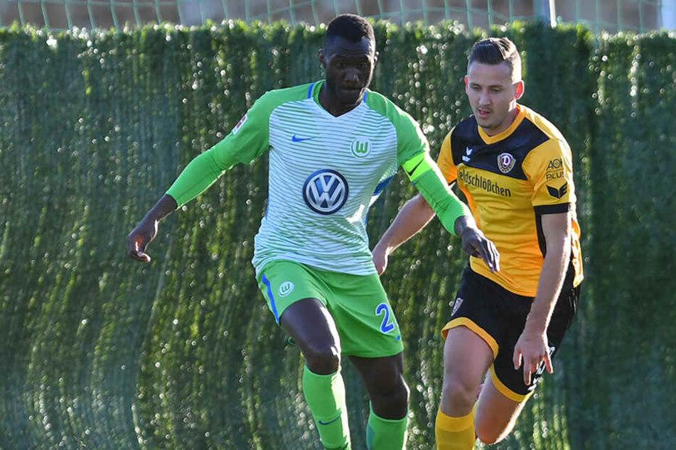 Dynamos Paul Seguin traf am Sonnabend im Testspiel auf einen alten Kollegen, den Wolfsburg-Kicker Joshua Guilavogui.