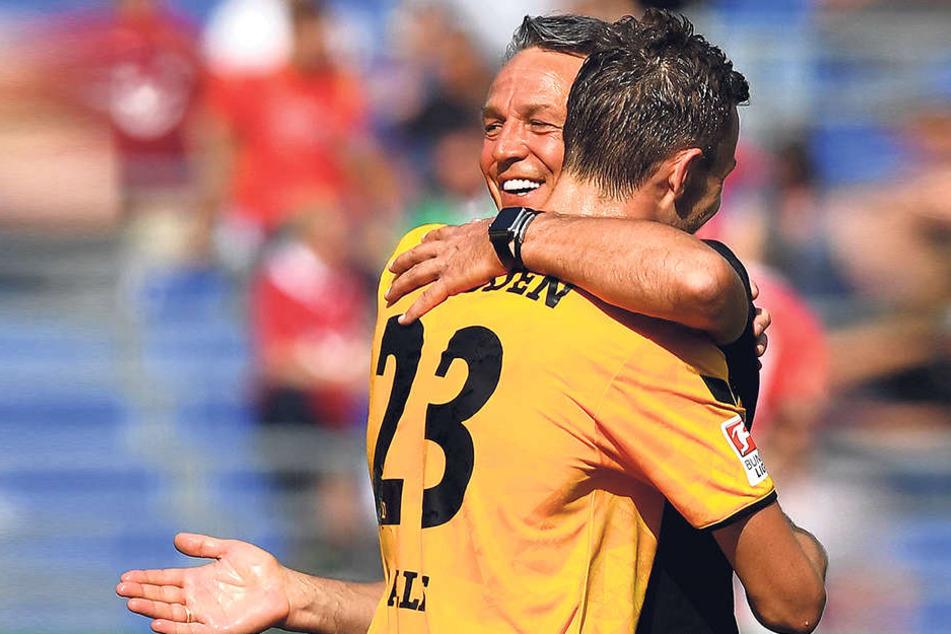 Dynamo-Trainer Uwe Neuhaus bedankte sich beim 2:0-Torschützen Florian Ballas.
