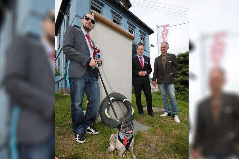 Die Partei setzt auf tierische Unterstützung: Parteivorstand Sebastian Cedel (35) mit Mops Ronja.