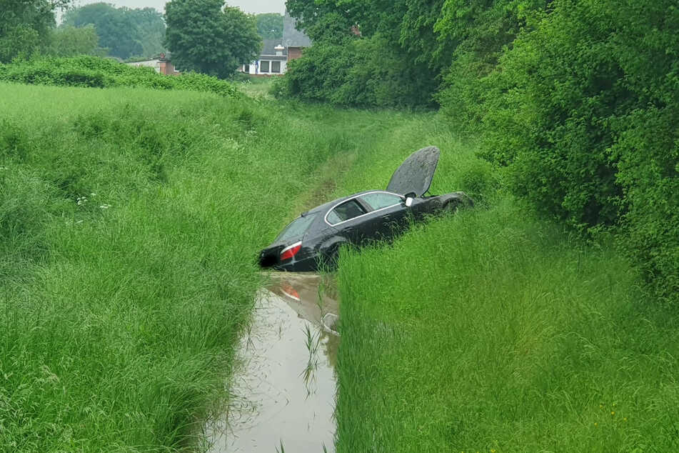 Der verunfallte Wagen liegt im Wassergraben.