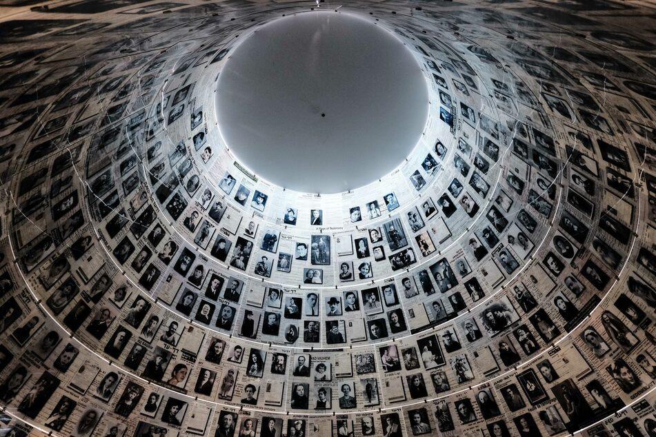 Blick auf die Wände und Decke in der Halle der Namen, in dem die Geschichten von mehr als vier Millionen Opfern des Holocaust gelistet sind, in der Holocaust-Gedenkstätte Yad Vashem in Jerusalem.