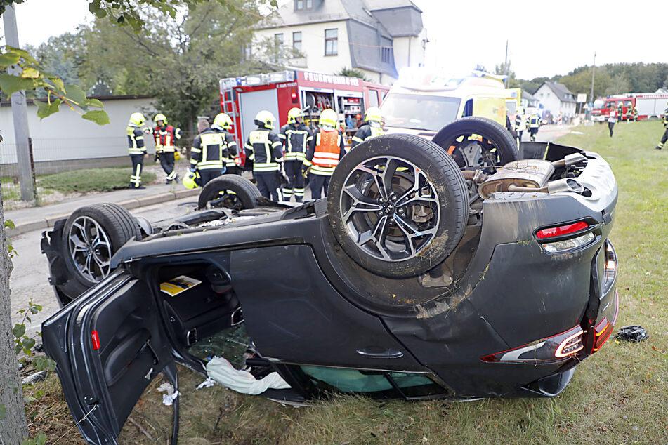 Ein Kia landete nach einem Zusammenstoß mit einem VW auf dem Dach.