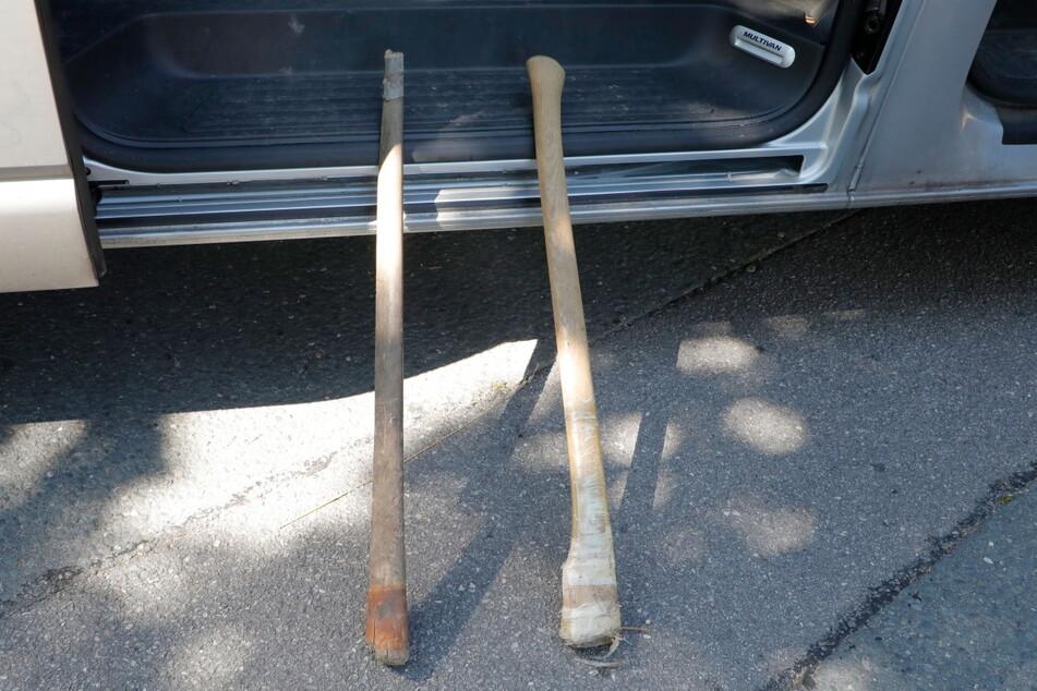 Brutal! Diese zwei Axtstiele wurden von den Männern durch die Gegend geworfen. Offenbar wollten sie sich damit gegenseitig verletzen.