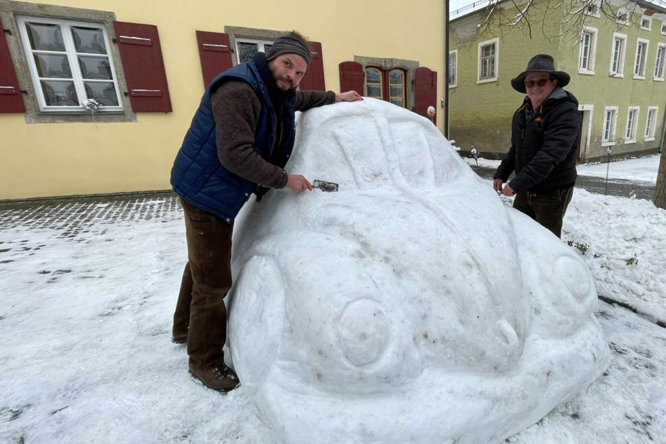 Stefan Parnt (l.) stand seinem Schneekünstler-Kollegen Eberhard Burger tatkräftig zur Seite.