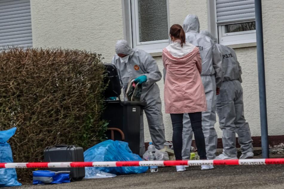 Drei Leichen in Wohnhaus gefunden: Tatverdächtiger verschwunden