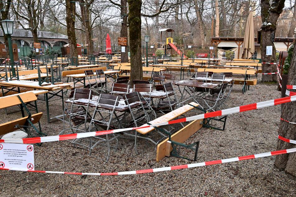 Absperrbänder hängen in einem Biergarten im Stadtteil Haidhausen.