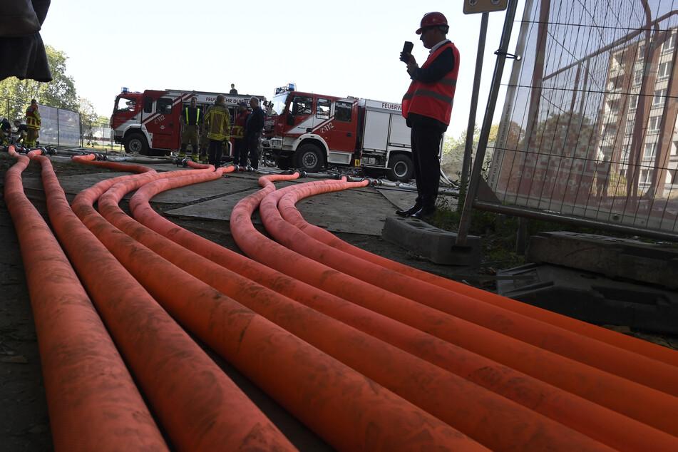 Viele Kilometer Schlauch hat die Feuerwehr für die Hochhaussprengung verlegt.