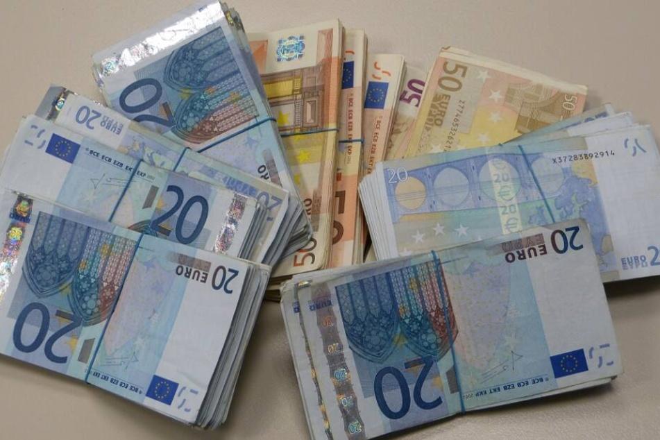 Der Zoll beschlagnahmte in vier Koffern 200.000 britische Pfund und über eine Million Euro an Bargeld.