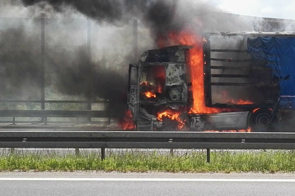 Laster steht auf Autobahn in Flammen