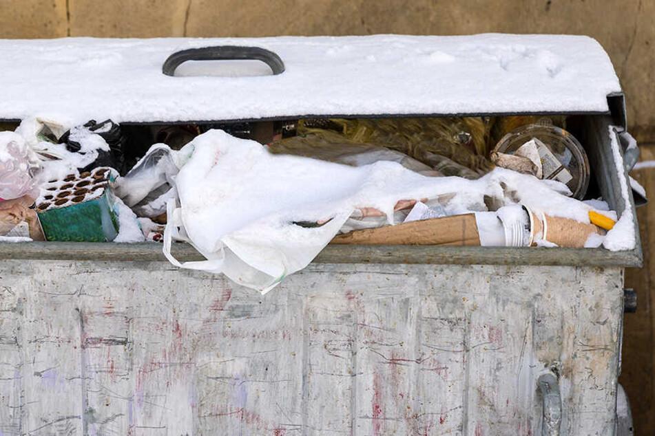 Mutter bekommt Baby auf Party und schmeißt es in den Müll, damit sie weiter feiern kann