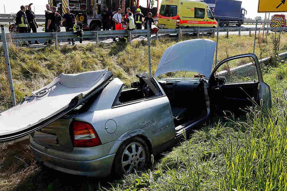 Der Fahrer wurde im Wrack eingeklemmt und musste von der Feuerwehr befreit werden.