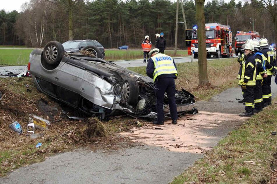 Der Audi blieb nach dem Crash auf dem Dach liegen.