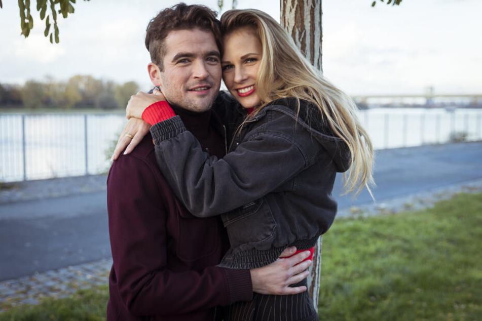 Wie süß: Die Schauspieler Carolina Noeding und Daniel Peukmann sind ein Liebespaar.