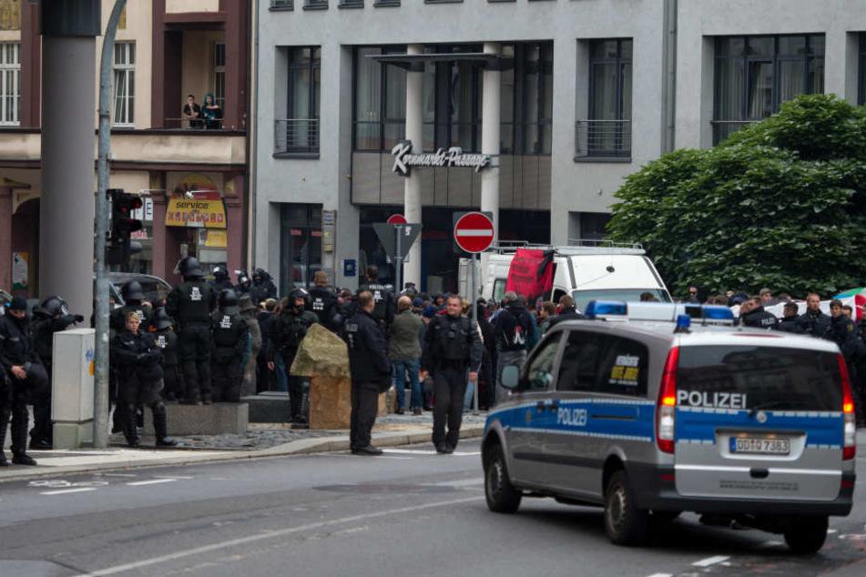 Polizisten sichern Mitte September den Kornmarkt. Für das Wochenende  angekündigte Demos sorgen für Kritik.