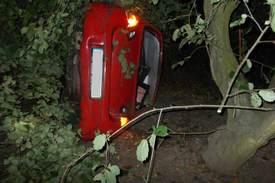 Der Renault Twingo landete auf der Beifahrerseite.