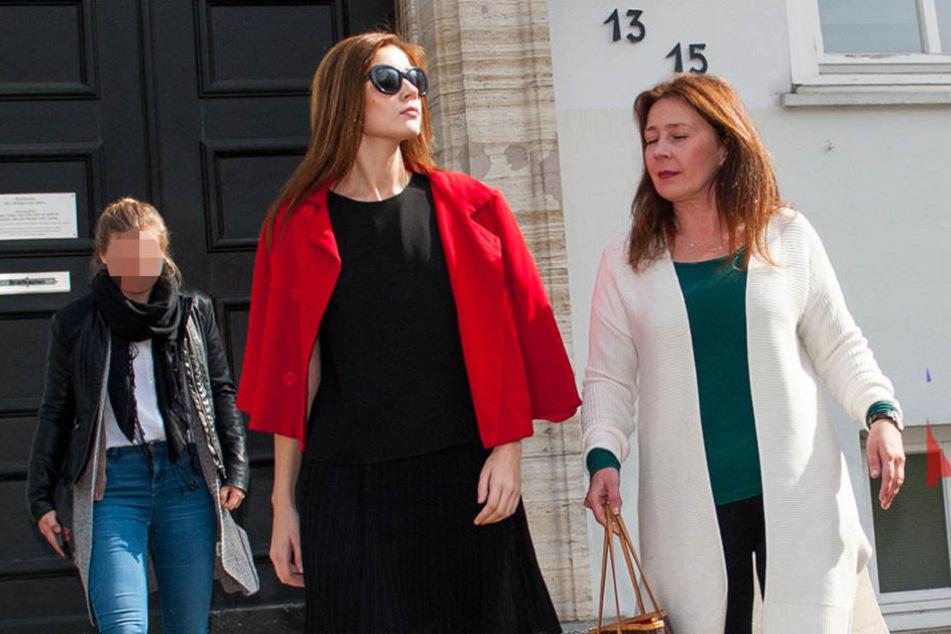 Nathalie Volk und ihre Mutter Viktoria Ende März beim Verlassen des Gerichts.