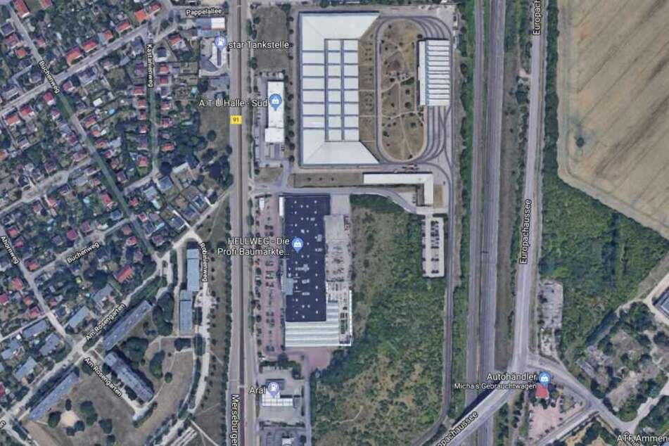 Der Täter flüchtete auf der B91/Merseburger Straße in südliche Richtung, vorbei an der Aral-Tankstelle.