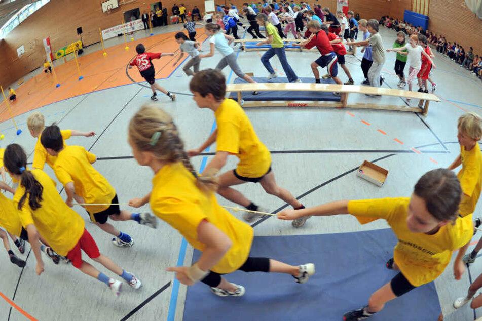 Kinder treten mit T-Shirts von rechter Partei zum Sportabzeichen an