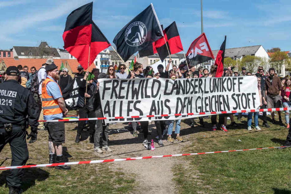 Lautstarker Protest gegen Flensburger Frei.Wild-Fanfest