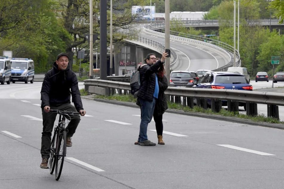 """Menschen laufen auf der B75, dem Theodor Heuss Ring in Kiel, der wegen einer Peotestaktion mehrere Stunden gesperrt war. Die Demonstration mit rund 1600 Teilnehmern lief unter dem Motto """"Verkehrswende statt Rush Hour""""."""