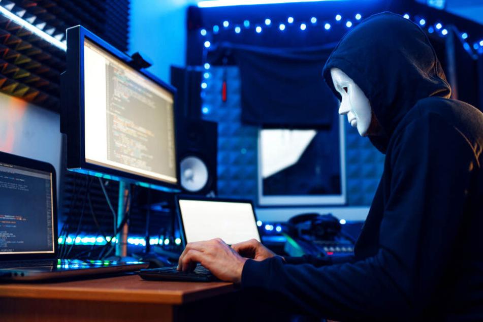 Ein Hacker überprüft permanent die Geldeingänge auf seinem Bitcoin-Account (Symbolbild).