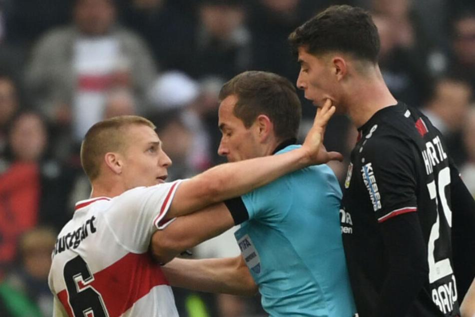April dieses Jahres: Stuttgarts Santiago Ascacibar (links) bekommt nach der Spuck-Attacke auf Leverkusens Kai Havertz (rechts) vom Schiedsrichter die rote Karte gezeigt.