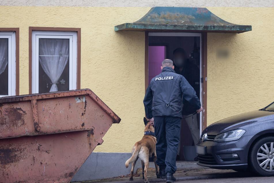 Die Polizei durchsucht mit einem Drogenspürhund ein Haus in Ballstädt, das der rechten Szene zuzuordnen ist.