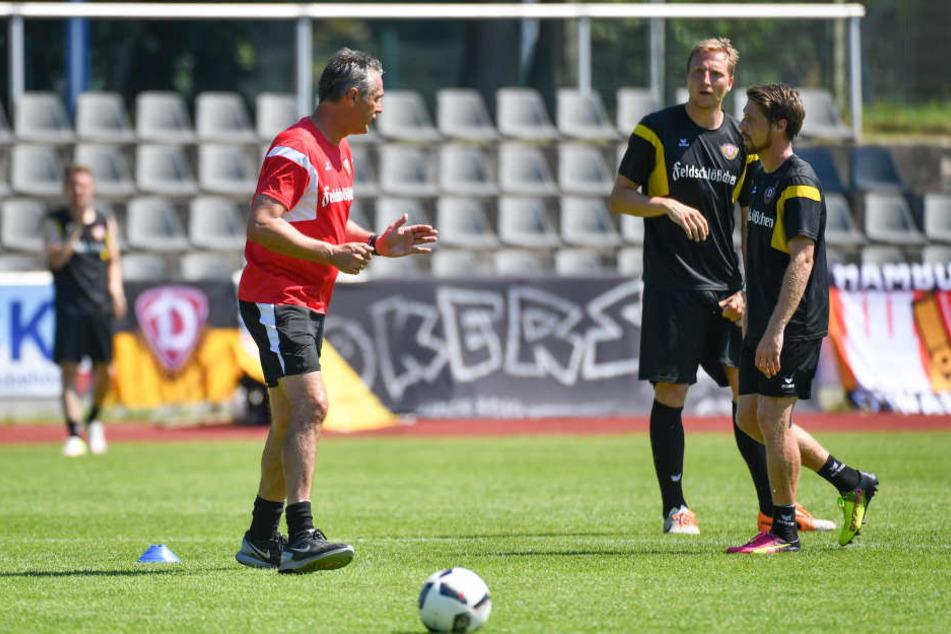 Trainer Uwe Neuhaus vergangenes Jahr im Trainingslager in Neuruppin mit Marco Hartmann und Andreas Lambertz.