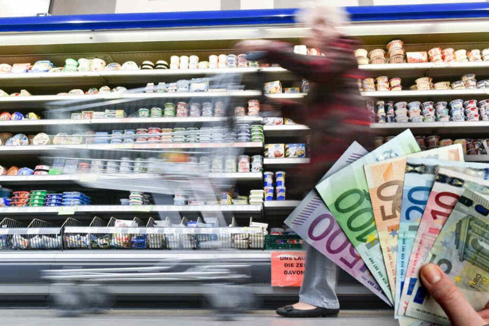 Frau findet 1500 Euro im Einkaufswagen, was sie damit macht, lässt einen staunen