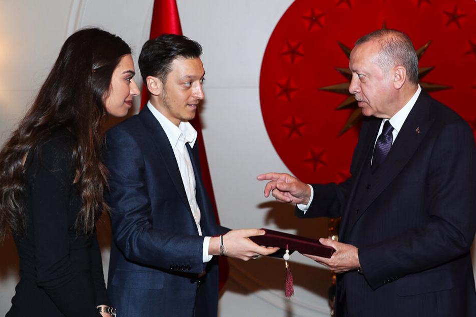 Trafen sich auf dem Flughafen: Özil (30,M.) seine Verlobte Amine (25) und Präsident Erdogan (65).