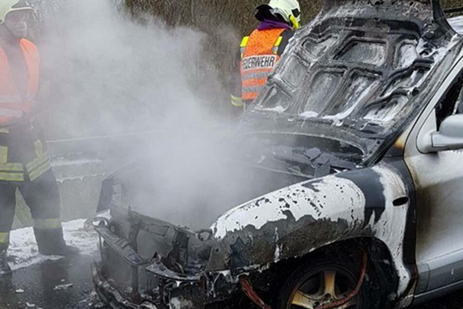 Defekter Gastank? Auto fängt mitten auf der Autobahn zu brennen an