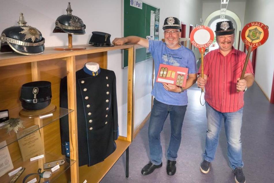 Die Polizeihauptmeister Roland Gräber (62) und PHM Udo Krahl (53, r.) mit den Sammelstücken im Marienberger Polizeirevier.