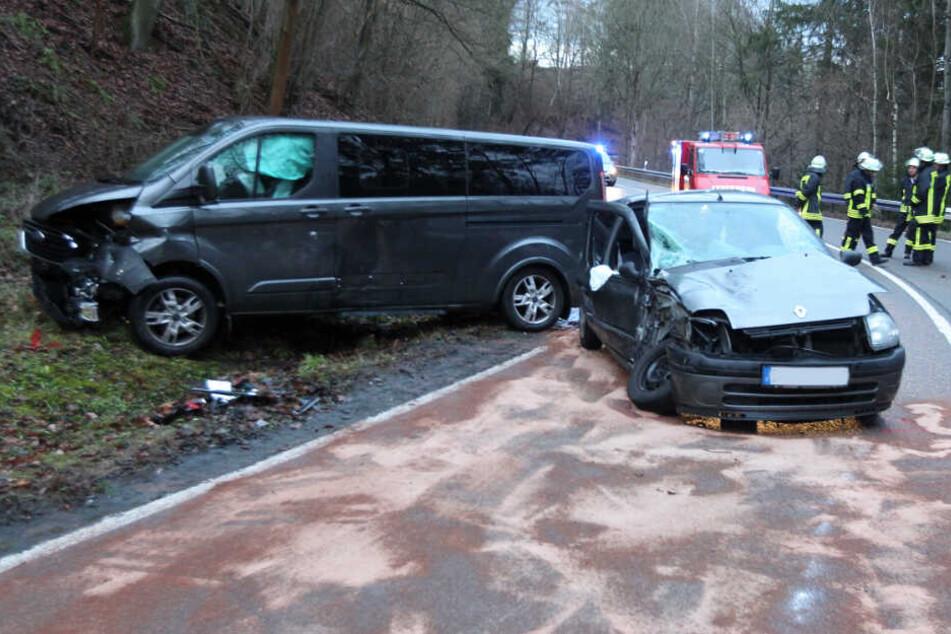 Schwerer Frontal-Crash: Sieben Verletzte, darunter vier Kinder