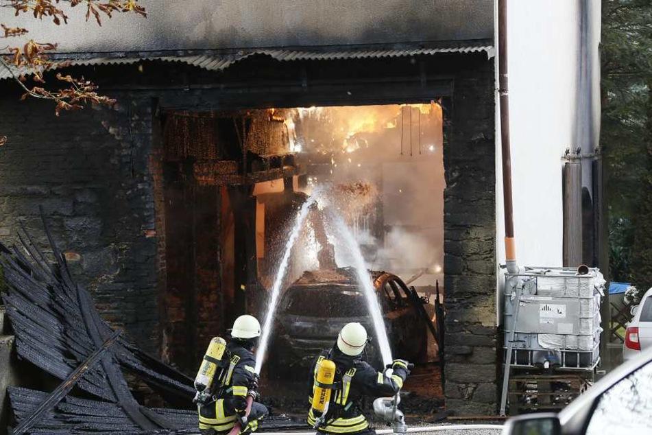 Die Feuerwehr versucht den Brand so schnell wie möglich unter Kontrolle zu bringen.