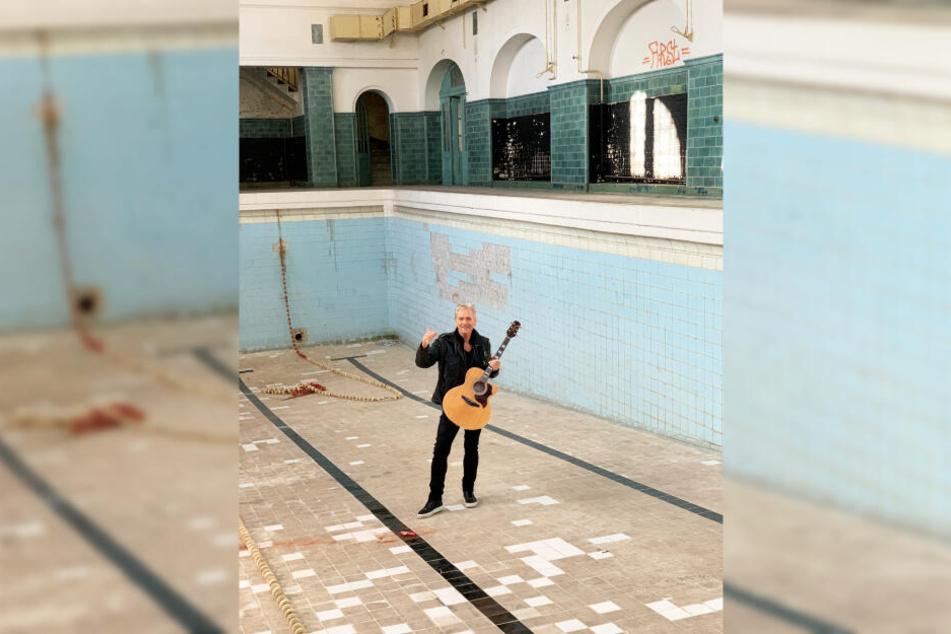 Das einstige Schwimmbad lieferte die ungewöhnliche Kulisse für den neuen Song.