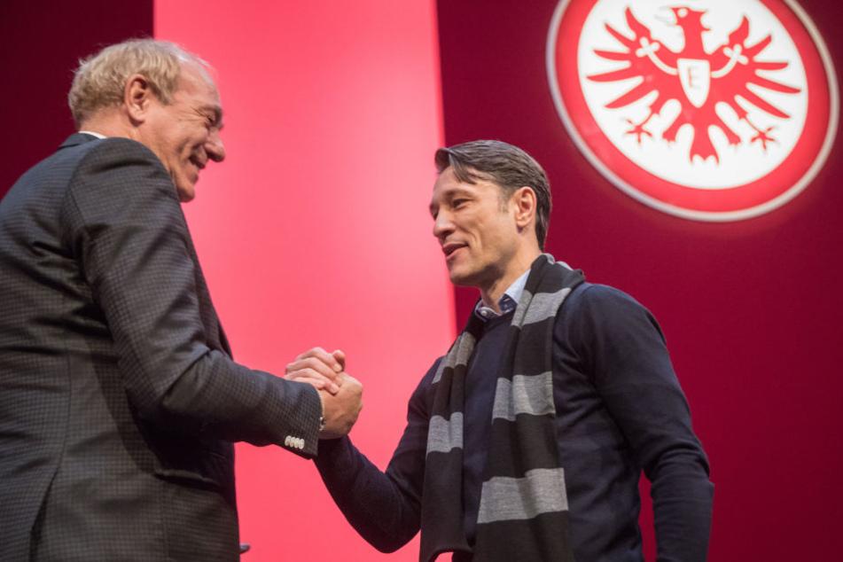 Shake-Hands: die Zusammenarbeit zwischen Eintracht Frankfurt und Trainer Niko Kovac (rechts) geht laut Peter Fischer auch über den Sommer hinaus.