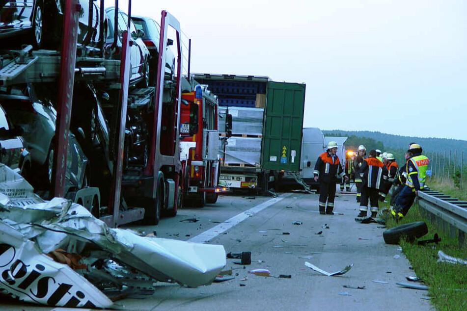 Der Kleintransporter wurde gegen einen Lkw geschleudert.