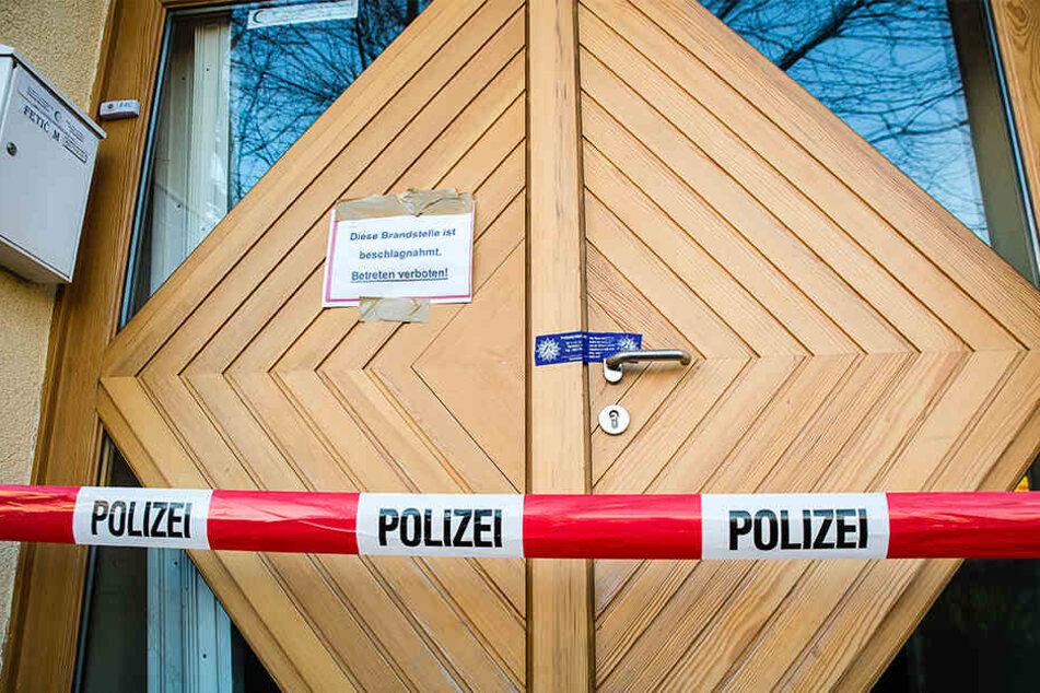 Der Tatort ist von der Polizei Bielefeld abgesperrt worden. Niemand darf das Gebäude betreten.