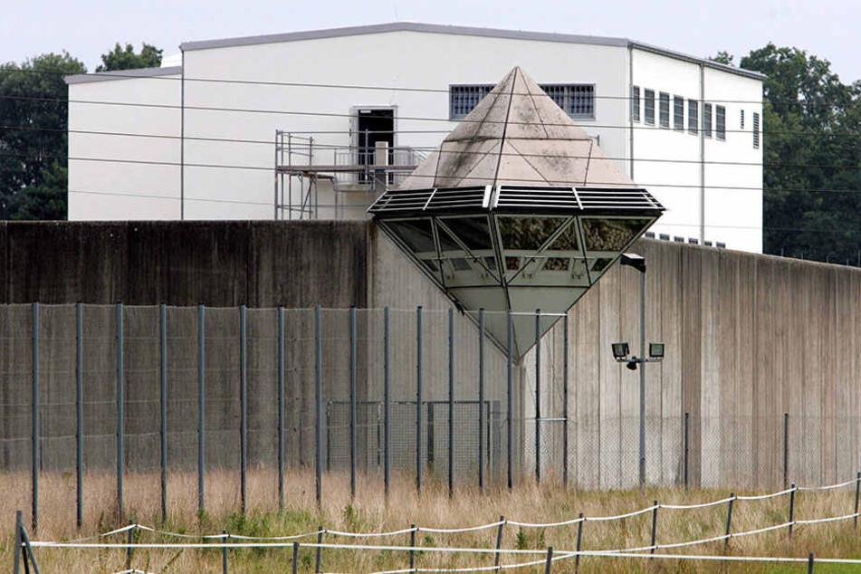 Auch die Gefängnismauer muss aufgerissen werden, um den Neubau zu realisieren.