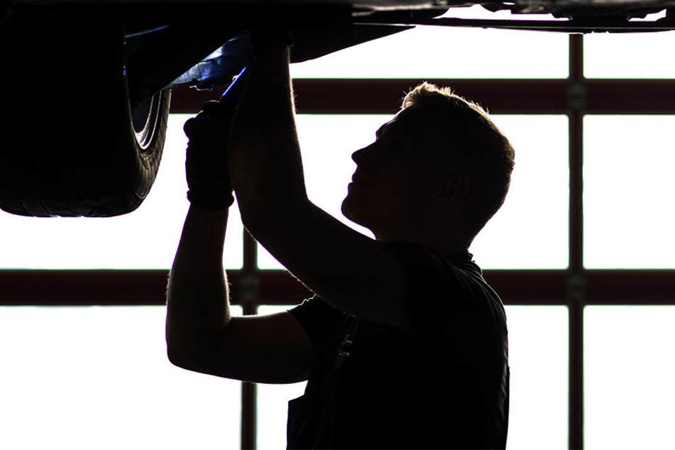 Beim Reparieren seines Autos kam eine 36 Jahre alte Person ums Leben (Symbolbild)