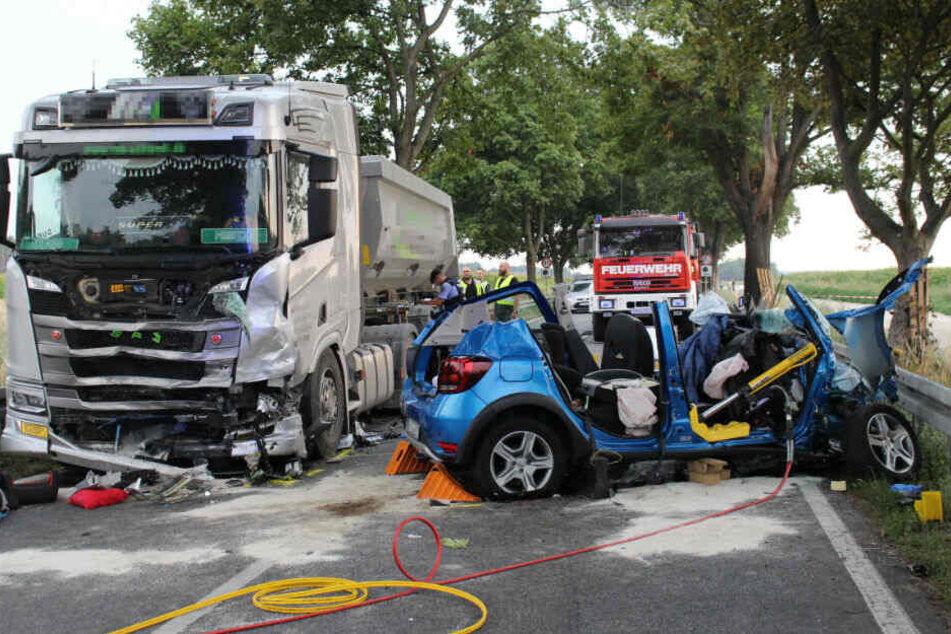 Auto kracht in Lkw: Familie stirbt bei Horror-Unfall