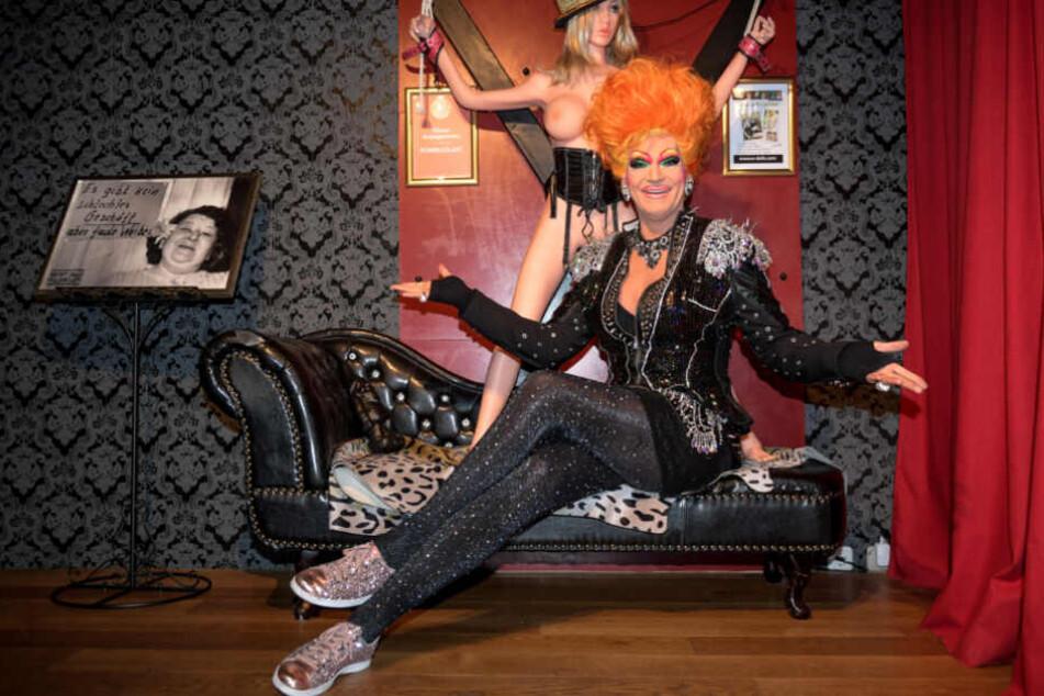 Drag-Queen Olivia Jones sitzt in ihrer Bar.