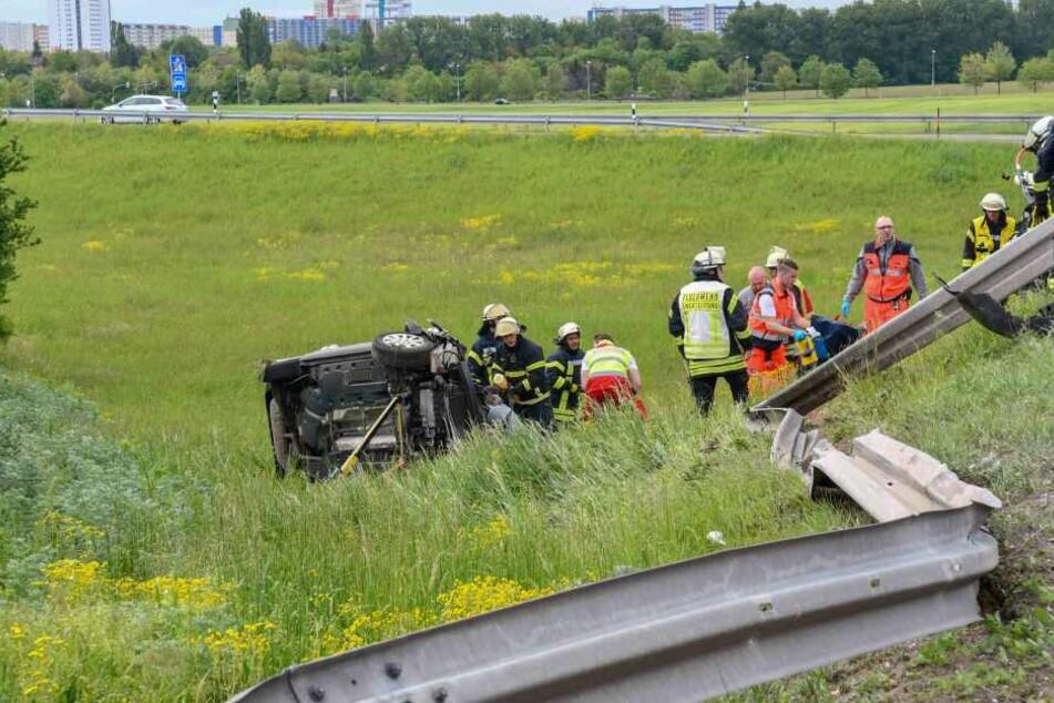 Die Fahrerin durchbrach mit ihrem VW diese Leitplanke und überschlug sich.