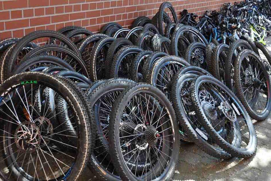 35 hochwertige Fahrräder stellte die Polizei sicher.