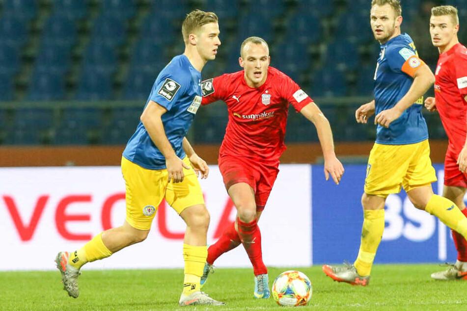 Julius Reinhardt (r., hier gegen Braunschweigs Martin Kobylanski) fand nach der Niederlage der FSV bei der Eintracht viele Kritikpunkte im Spiel seiner Mannschaft.