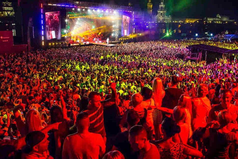"""Im 14. Jahr feiert Dresden Roland Kaiser bei der """"Kaisermania"""". Über 25. 000  Fans strömten seit 2003 zu seinen Konzerten ans Elbufer."""