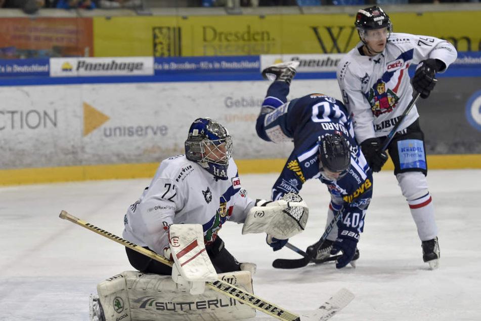 Nick Huard scheitert an zwei Freiburgern.