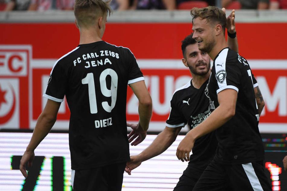 Florian Dietz (li.) schoss die Jenaer mit dem 3:1 in der Verlängerung ins Pokal-Halbfinale. (Archivbild)