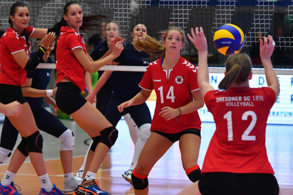 Die Blicke der DSC-Spielerinnen (v.l.) Eva  Hodanova, Ivana Mrdak und Madison Bugg richten sich auf Piia Korhonen (Nr. 12),  die in der Abwehr reflexartig die Arme hochreißt.